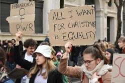 「クリスマスにほしいのは平等」と書いたプラカードを掲げた参加者の人たち=2019年11月23日、久野華代撮影