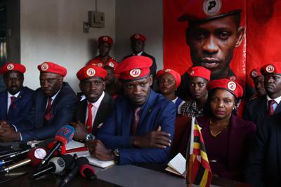記者会見するウガンダのボビ・ワイン議員(前列左から4人目)=カンパラで2019年11月26日、小泉大士撮影