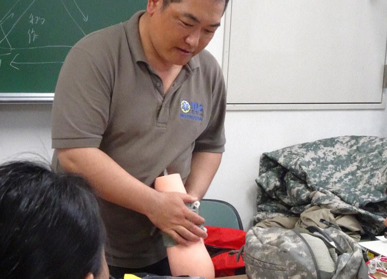 照井さんによる止血帯止血法の実演・実習。