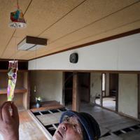 台風19号の豪雨で近くの夏井川が氾濫し、母の大内寿美子さんが亡くなった部屋で、寿美子さんが手作りした風鈴を見つめる鈴木良子さん=福島県いわき市で2019年12月26日、和田大典撮影
