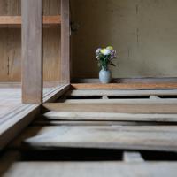 台風19号の豪雨による夏井川の氾濫で100歳の母が亡くなった鈴木良子さん宅に手向けられた花=福島県いわき市で2019年12月26日、和田大典撮影