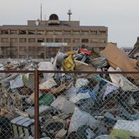 丸森町役場前に一時的に集められ、処理が続けられる災害廃棄物=宮城県丸森町で2019年12月25日、和田大典撮影