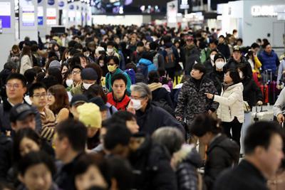 年末年始を海外で過ごす人たちで混み合う出発ロビー=成田空港で2019年12月28日午前8時42分、小川昌宏撮影