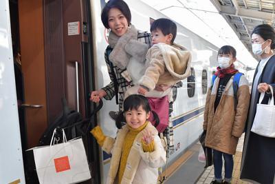 新幹線に乗り込む親子連れ=JR新大阪駅で2019年12月28日午前9時11分、平川義之撮影