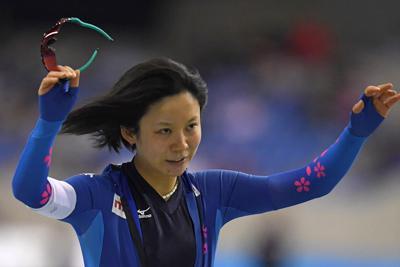 スプリント女子1000メートル(1日目)で国内最高記録などを更新して1位となり、フィニッシュ後観客に手を振る高木美帆(手前)=長野市のエムウェーブで2019年12月28日、北山夏帆撮影