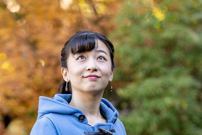 25歳の誕生日にあわせて宮内庁が公開した秋篠宮家の次女佳子さまの写真=秋篠宮邸の庭で2019年12月3日撮影(宮内庁提供)