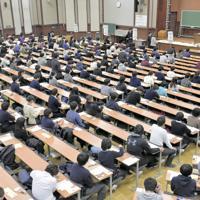 年が明けると大学入試シーズンが本番を迎える=写真は今年1月の大学入試センター試験(東京都文京区の東京大で)