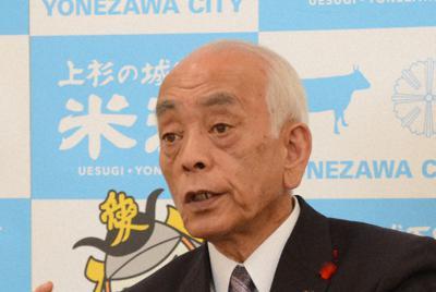 2期目の定例会見で市民総参加の街づくりについて語る中川勝市長=山形県米沢市役所で