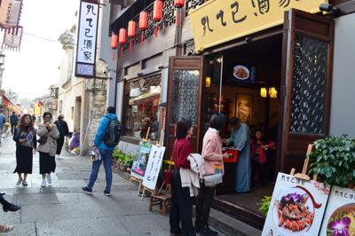 紹興料理の名店「孔乙己(こういっき)酒家」はいつも行列ができている=中国浙江省紹興で2019年11月9日、浦松丈二撮影