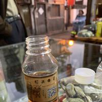 ペットボトルに注がれた30年ものの老酒とつまみの乾燥ソラマメ=中国浙江省紹興で2019年11月9日、浦松丈二撮影
