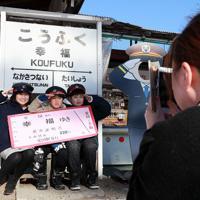 幸福駅の前にあるみやげ店にも撮影スポットが=北海道帯広市で2019年12月29日、貝塚太一撮影