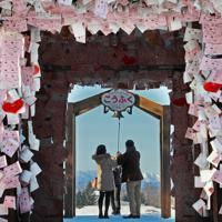 駅舎の先には幸福の鐘もあり、結婚式の舞台となることもある=北海道帯広市で2019年12月29日、貝塚太一撮影