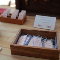 訪れた日の日付や記念日を刻印してもらえる切符をキーホルダーにしてもらえる商品がみやげ店で人気=北海道帯広市で2019年12月29日、貝塚太一撮影