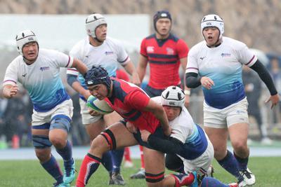 【常翔学園-大分東明】前半、ボールを奪い合う選手たち=東大阪市花園ラグビー場で2019年12月30日、玉城達郎撮影