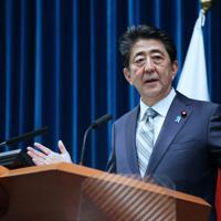 臨時国会が閉会し、記者会見で質問に答える安倍晋三首相=首相官邸で19年12月9日