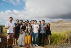 ハワイ王国の遺跡を訪れたMINDSのメンバーら=米国ハワイ島で2019年12月7日午前10時48分、高橋祐貴撮影