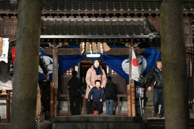 令和初の大みそかを迎えた坂本八幡宮に参拝する人たち=福岡県太宰府市で2019年12月31日午後7時8分、矢頭智剛撮影