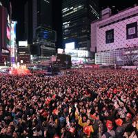 スクランブル交差点に集まり、カウントダウンで年明けを祝う大勢の人たち=東京都渋谷区で2020年1月1日午前0時、北山夏帆撮影