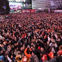2020年を迎え、スクランブル交差点に集まって歓声を上げる大勢の人たち=東京都渋谷区で2020年1月1日午前0時、北山夏帆撮影