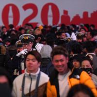 年明けを前に、大勢の人が集まったスクランブル交差点の警備に当たる警察官ら=東京都渋谷区で2019年12月31日午後9時4分、北山夏帆撮影