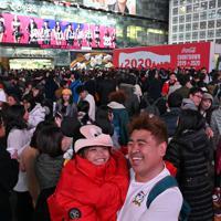 新年のえとにちなんだミッキーマウスのかぶり物をかぶって年越しに臨む観光客ら=東京・渋谷駅前で2019年12月31日午後6時35分、北山夏帆撮影