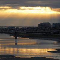 初日の出の後、再び雲に隠れた太陽から光が差した=東京都調布市の多摩川原橋で2020年1月1日午前7時21分、手塚耕一郎撮影