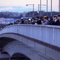 多摩川原橋の上で、初日の出を待つ大勢の人たち=東京都調布市で2020年1月1日午前6時50分、手塚耕一郎撮影