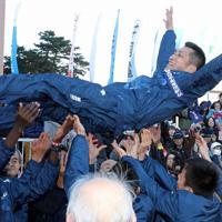 4連覇し選手らに胴上げされる旭化成の西政幸監督=前橋市で2020年1月1日、喜屋武真之介撮影