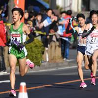 1区、第1中継所の手前でJR東日本・大隅(左)が先頭に立つ=群馬県で2020年1月1日、滝川大貴撮影
