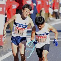旭化成の5区・村山謙(左)からたすきを受ける6区・小野=群馬県で2020年1月1日、滝川大貴撮影