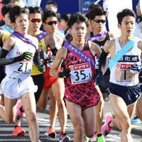 1区、旭化成・茂木(手前右)が先頭集団のトップに出る=群馬県で2020年1月1日、滝川大貴撮影