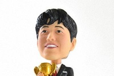 日本将棋連盟が新グッズとして売り出して即日売り切れた藤井聡太七段のボブルヘッド人形=日本将棋連盟提供
