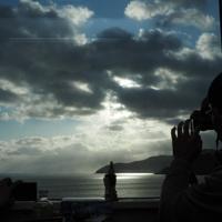 「三鉄初日の出号」の車内で雲の間から見えた朝日を撮る乗客=岩手県大船渡市で2020年1月1日午前8時17分、米田堅持撮影
