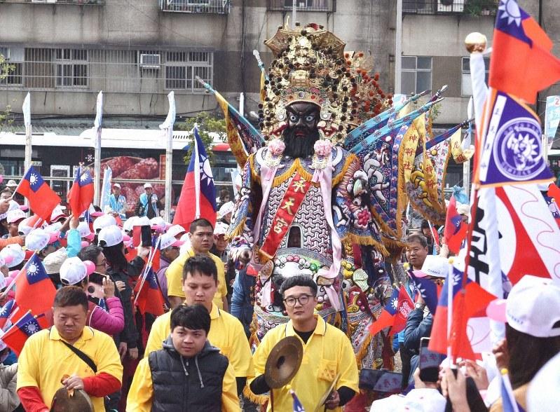 太鼓や銅鑼を鳴らす男衆に先導されて台湾の神様「七爺八爺」が登場し、選挙集会は熱気を帯びた=台北市で2019年12月28日、福岡静哉撮影