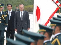 栄誉礼を受けるラムズフェルド米国防長官(中央)=防衛庁で2003年11月15日、武市公孝写す
