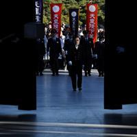 正門が開き、新年一般参賀のため皇居に入る人たち=皇居で2020年1月2日午前9時10分、吉田航太撮影