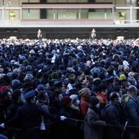 新年一般参賀に参加するため、続々と皇居東庭に集まる人たち=皇居・宮殿東庭で2020年1月2日午前9時43分、吉田航太撮影