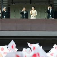 新年一般参賀に臨み、手をふられる天皇、皇后両陛下と上皇ご夫妻、秋篠宮ご夫妻=皇居・宮殿東庭で2020年1月2日午前10時13分、吉田航太撮影
