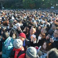 新年の一般参賀に集まった大勢の人たち=皇居・宮殿東庭で2020年1月2日午前9時21分、手塚耕一郎撮影