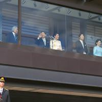 新年の一般参賀で、宮殿のベランダに立たれる天皇、皇后両陛下と皇族方=皇居・宮殿東庭で2020年1月2日午前10時12分、手塚耕一郎撮影