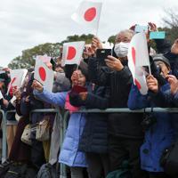 新年の一般参賀で、姿を見せた皇族方に笑顔で日の丸を振る大勢の人たち=皇居・宮殿東庭で2020年1月2日午前11時、手塚耕一郎撮影