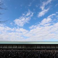 晴れ渡った空の下、新年一般参賀のため大勢の人が集まった皇居の宮殿東庭=皇居・宮殿東庭で2020年1月2日午前10時3分、吉田航太撮影