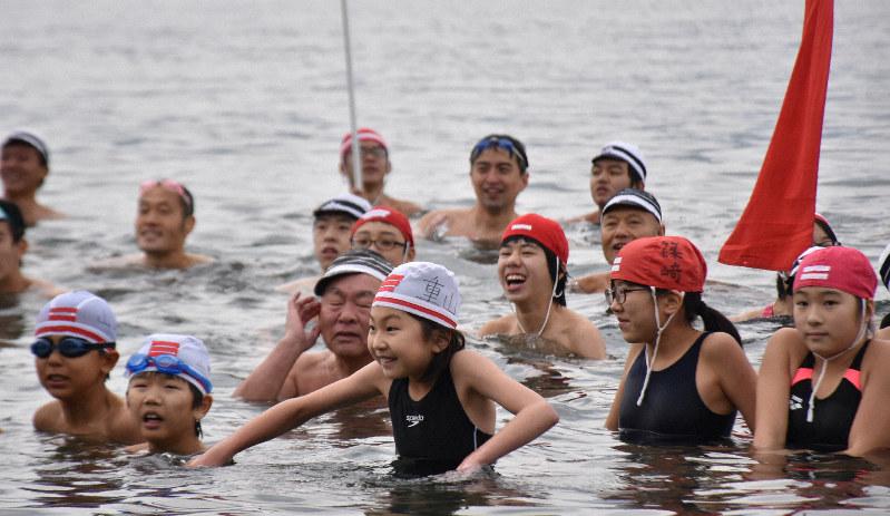 長崎で寒中水泳 8歳から74歳まで50人が気合を入れ元気に泳ぐ | 毎日新聞