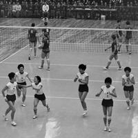 バレーボール女子リーグ、日本-ソ連の第3セット。セットカウント3ー0でソ連を降し喜ぶ選手たち。左から左から河西昌枝、谷田絹子、半田百合子、松村好子、宮本恵美子、磯辺サタの6選手=関根武撮影