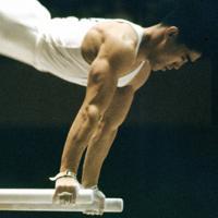 体操男子、遠藤幸雄選手の平行棒の演技。遠藤選手は、個人総合と種目別平行棒でも金メダル