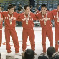 レスリングの日本人金メダリストたち。(左から)グレコローマンスタイルフライ級・花原勉、同バンタム級・市口政光、フリースタイルフェザー級・渡辺長武、同フライ級・吉田義勝、同バンタム級・上武洋次郎の各選手