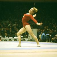 体操女子で徒手(床運動)の演技をするチェコスロバキアのベラ・チャスラフスカ選。個人総合・平均台・跳馬で金メダルを獲得した