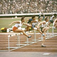 陸上競技女子80メートルハードル決勝。依田郁子選手(左から3人目)はスタートで出遅れたが後半を盛り返し、10秒7の好記録をマーク。5位入賞