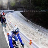 台風19号による土砂崩落が舗装された箇所を見ながらロードバイクで疾走する人たち=相模原市緑区で2019年12月29日、滝川大貴撮影