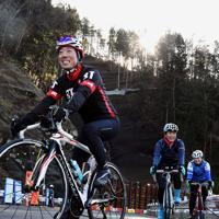 開通した国道413号をロードバイクで疾走する人たち=相模原市緑区で2019年12月29日、滝川大貴撮影